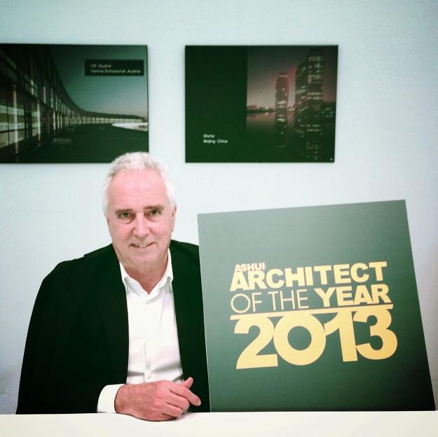 """KTS Dietmar Eberle - người sáng lập công ty kiến trúc Baumschlager Eberle hàng đầu thế giới, là thành viên ban giám khảo và diễn giả chính tại Festival Kiến trúc Thế giới 2013 - tham gia khởi động bình chọn """"Kiến trúc sư của Năm 2013"""", Hà Nội 28/11/2013."""