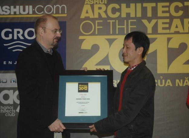 """KTS Hoàng Thúc Hào (bìa phải) nhận giải """"Kiến trúc sư cộng đồng của năm 2012″."""