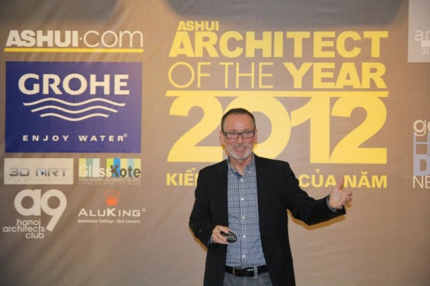 """Nhà thiết kế cảnh quan lừng danh Herbert Dreiseitl đến từ trường đại học Havard (Hoa Kỳ) trò chuyện tại buổi trao giải """"Kiến trúc sư của năm 2012″."""