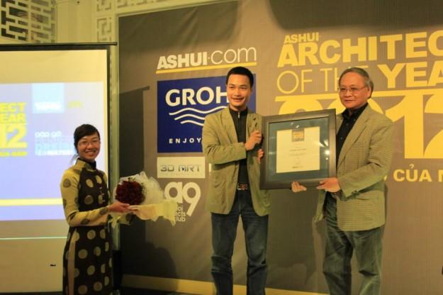 """Giáo sư Hoàng Đạo Kính (bìa phải) nhận giải """"Kiến trúc sư lý luận phê bình của năm 2012″."""