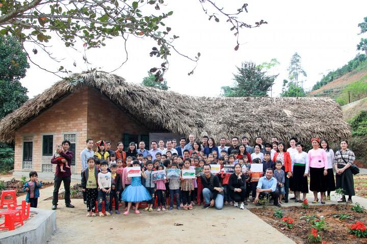 Chính quyền, cộng đồng địa phương, các đơn vị dự án, Nhà trường, cha mẹ và các em học sinh tại buổi lễ khánh thành