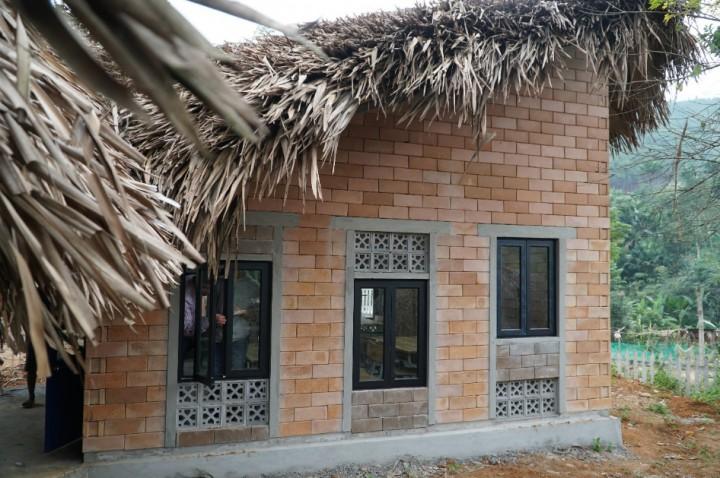 Hệ cửa sổ, gạch hoa, mái lợp đảm bảo tiện nghi ánh sáng, thông thoáng, mát vào mùa hè, ấm vào mùa đông