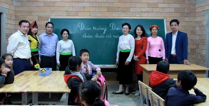Chính quyền địa phương, Nhà trường và cha mẹ học sinh tham quan công trình