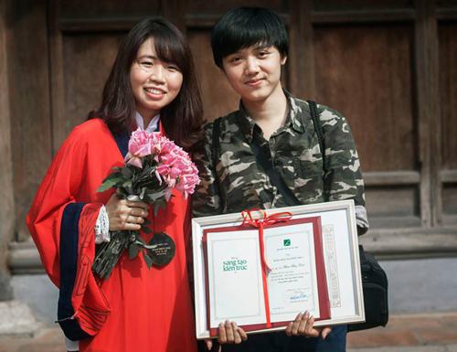 Phạm Thùy Linh (bên trái), giải Nhất giải thưởng Loa Thành 2014
