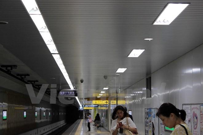 Ánh sáng LED dưới sân ga tàu điện ngầm được đánh giá là có chất lượng ánh sáng tốt hơn và giảm lượng điện năng đáng kể cho nhà ga Sendagi, tuyến Chiyoda.(Nguồn: Hữu Thắng/Vietnam+)